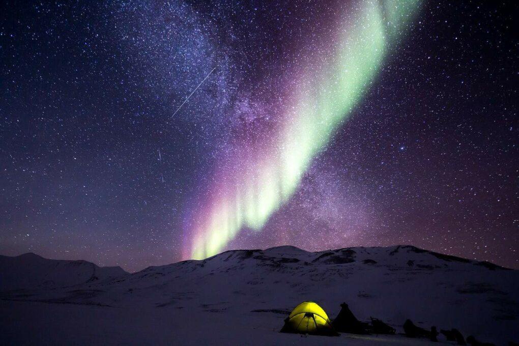 Night Aurora Snow North Pole. bilder av nordlyset flere farger
